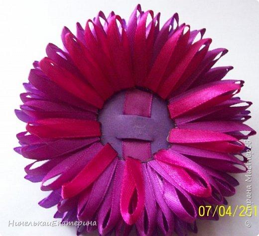 Хочу поделиться способом изготовления таких цветочков. На просторах интернета находила сам способ складывания лепестков, но таких цветочков не встречала.  фото 16
