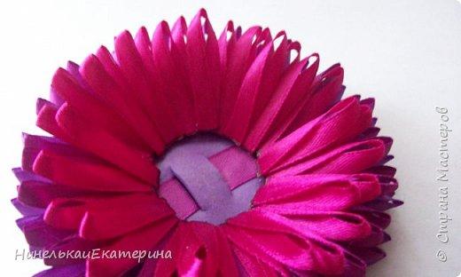 Хочу поделиться способом изготовления таких цветочков. На просторах интернета находила сам способ складывания лепестков, но таких цветочков не встречала.  фото 17