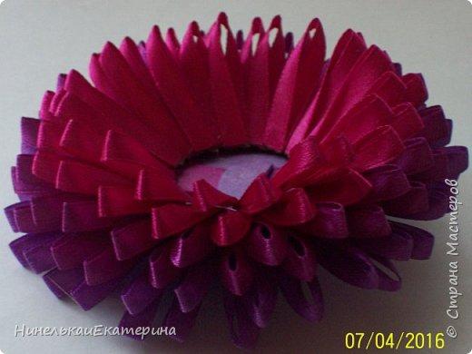 Хочу поделиться способом изготовления таких цветочков. На просторах интернета находила сам способ складывания лепестков, но таких цветочков не встречала.  фото 18