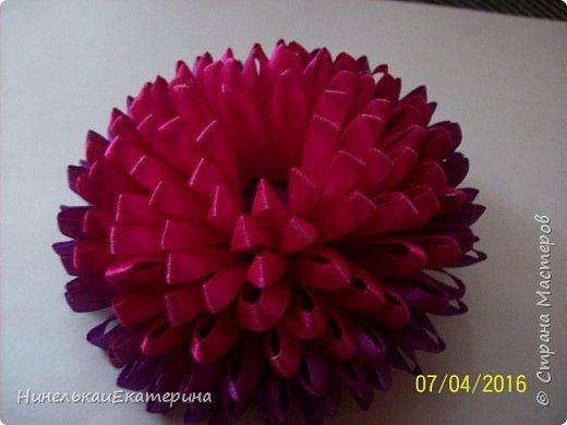 Хочу поделиться способом изготовления таких цветочков. На просторах интернета находила сам способ складывания лепестков, но таких цветочков не встречала.  фото 19