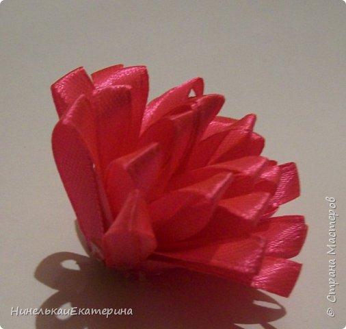 Хочу поделиться способом изготовления таких цветочков. На просторах интернета находила сам способ складывания лепестков, но таких цветочков не встречала.  фото 21