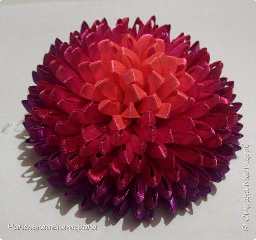 Хочу поделиться способом изготовления таких цветочков. На просторах интернета находила сам способ складывания лепестков, но таких цветочков не встречала.  фото 22