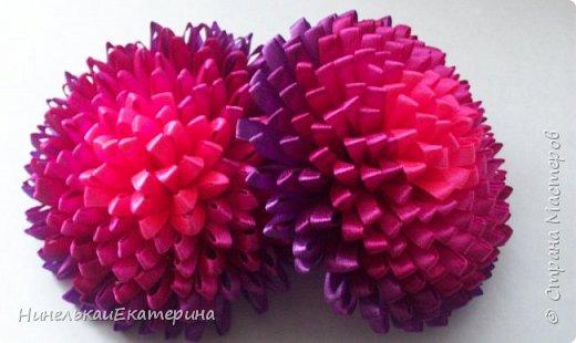 Хочу поделиться способом изготовления таких цветочков. На просторах интернета находила сам способ складывания лепестков, но таких цветочков не встречала.  фото 23
