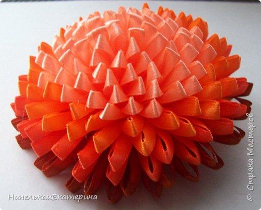 Хочу поделиться способом изготовления таких цветочков. На просторах интернета находила сам способ складывания лепестков, но таких цветочков не встречала.  фото 24