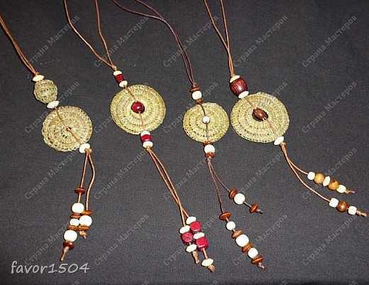 Вот такие необычные обереги из сосновой иглы безниточным плетением у меня получились....ну и деревянные бусины в отделке.... фото 1