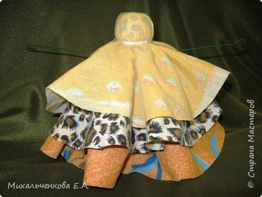 Я предлагаю Вам мастер-класс по изготовлению куклы образа, «модифицированной» куклы  –  оберега  «Колокольчик». Кукла Валдайский колокольчик (так как родина куклы — Валдай)  – задорная куколка, своим звоном    приносит в дом только хорошие новости, радость и веселье. Колокольчик радости - так ее еще зовут. Куколка олицетворяет звон колокола, который так же защищал людей от напастей и болезней.  фото 13