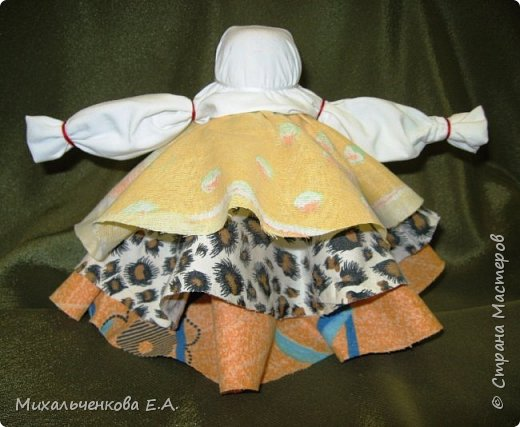 Я предлагаю Вам мастер-класс по изготовлению куклы образа, «модифицированной» куклы  –  оберега  «Колокольчик». Кукла Валдайский колокольчик (так как родина куклы — Валдай)  – задорная куколка, своим звоном    приносит в дом только хорошие новости, радость и веселье. Колокольчик радости - так ее еще зовут. Куколка олицетворяет звон колокола, который так же защищал людей от напастей и болезней.  фото 15