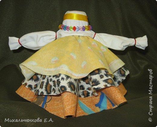 Я предлагаю Вам мастер-класс по изготовлению куклы образа, «модифицированной» куклы  –  оберега  «Колокольчик». Кукла Валдайский колокольчик (так как родина куклы — Валдай)  – задорная куколка, своим звоном    приносит в дом только хорошие новости, радость и веселье. Колокольчик радости - так ее еще зовут. Куколка олицетворяет звон колокола, который так же защищал людей от напастей и болезней.  фото 16