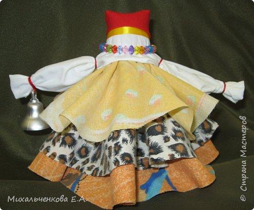 Я предлагаю Вам мастер-класс по изготовлению куклы образа, «модифицированной» куклы  –  оберега  «Колокольчик». Кукла Валдайский колокольчик (так как родина куклы — Валдай)  – задорная куколка, своим звоном    приносит в дом только хорошие новости, радость и веселье. Колокольчик радости - так ее еще зовут. Куколка олицетворяет звон колокола, который так же защищал людей от напастей и болезней.  фото 17