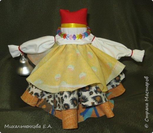 Я предлагаю Вам мастер-класс по изготовлению куклы образа, «модифицированной» куклы  –  оберега  «Колокольчик». Кукла Валдайский колокольчик (так как родина куклы — Валдай)  – задорная куколка, своим звоном    приносит в дом только хорошие новости, радость и веселье. Колокольчик радости - так ее еще зовут. Куколка олицетворяет звон колокола, который так же защищал людей от напастей и болезней.  фото 1
