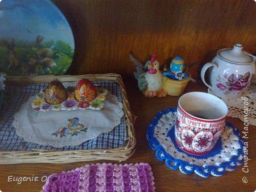 Воодушевленная похвалами моей винтажной полочки, решилась явить миру серию фоторепортажей о моем дорогом доме, его душевностях. Начинаю с самого любимого местечка - с чайного уголка. Это не кухня, это именно уголочек. Сразу прошу простить за качество фото, освещение - не очень. Местечко это заветное, и уютное для меня. Здесь приятно пить чай-кофе, приятно ужинать с вином и свечами, просто мечтать. Утро и вечер начинается и заканчивается в этой части дома, не мыслю полноценной жизни без обязательных чаепитий с мечтами на десерт. Антураж несколько меняется по сезону и согласно рождественских и пасхальных праздников. Другие салфетки, гардинки, другие декоративные элементы.  Пасхальный декор будет украшать до праздника Вознесения. фото 6
