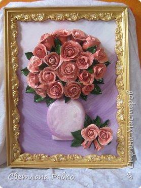 «Вот роза всех цветов царица» Вот роза, всех цветов царица, Блестит румянца красотой, Как утра майского денница, И дышит сладостной весной. Автор: Борис Федоров фото 1