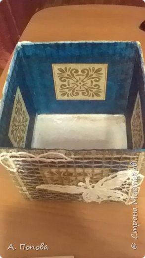 """Появилась у меня очередная бесхозная коробка из под чайника. Решила пустить ее в дело. Оклеила салфетками, оплела шпагатом. Потом вспомнила, что где-то в закромах лежит уже сто лет незаконченная вышивка ришелье. Нашла, вырезала из нее готовые детали и наклеила их на коробку. Вот, наконец-то вышивка """"увидела свет""""! фото 5"""