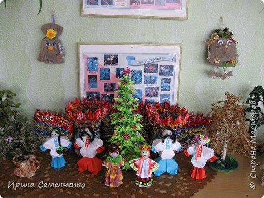Выставка наших поделок в школе. Бумажные куклы, замок из конфетных  модулей, корзинка с цветами, домовята - работы мои и моих воспитанников. фото 2