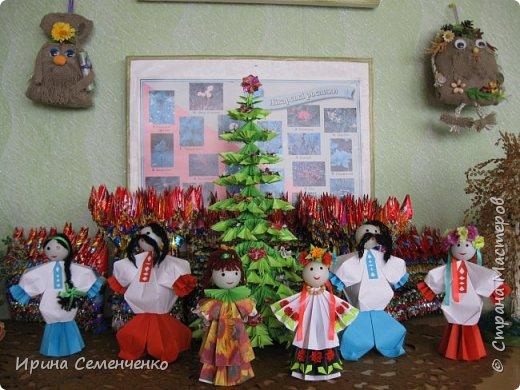 Выставка наших поделок в школе. Бумажные куклы, замок из конфетных  модулей, корзинка с цветами, домовята - работы мои и моих воспитанников. фото 1