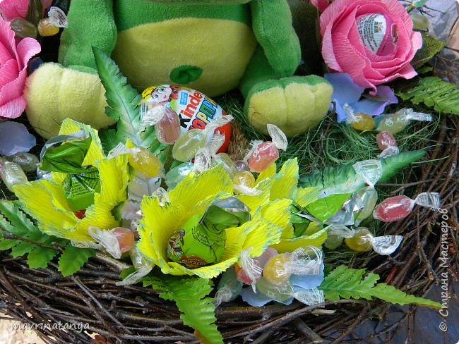 """Здравствуйте! Сегодня хочу показать вам сладкий букет с игрушкой, который сотворился на заказ в подарок семилетней девочке. Он получился достаточно весомым, диаметр его примерно 60 см. Девочка очень любит динозавриков, отсюда и идея создания такого букета. Зеленой сизалью и ветками березы, сплетенными в кольцо, обозначила гнездо динозавра, в котором сидит сам динозаврик со своим яйцом-детенышем (киндер-сюрприз). Украсила гнездо розами с киндер-сюрпризами внутри и фантазийными цветами, внутрь которых поместила шоколадные конфеты """"Детский сувенир"""". Добавила небольшие веточки с леденцовой карамелью """"Fruit"""".  фото 6"""
