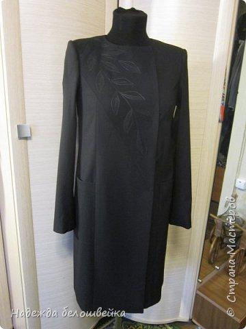 Летнее полупальто с вышивкой. Вообще-то это шился костюм, полупальто и брюки. Но брюки на манекен не одеть, поэтому показываю только полупальто. фото 12