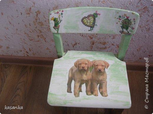 По случаю достался старый детский стульчик. Он неоднократно перекрашивался и был весь в наклейках. Пришлось хорошо поработать наждачной бумагой и вот такой получался результат.  .