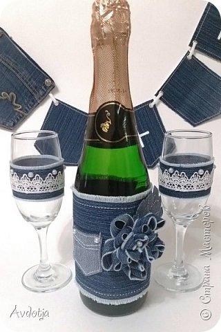 """Доброго всем утра, дня, вечера или, может быть даже, ночи! Поделюсь с вами своей новой поделкой. Давно вынашивала идею сделать свадебный наборчик для свадьбы в свободном, ни к чему не обязывающем стиле """"джинс"""" Мне кажется, такая свадьба в наши нелегкие в экономическом плане времена - отличный выход. Всем известно, что свадебные наряды в бюджете на свадебное торжество занимают чуть ли не львиную долю. А ведь двум любящим сердцам можно, не слишком заморачиваясь, нарядится в футболки и джинсы, позвать кучу веселых друзей, быстренько пройти, безусловно, волнительную, но, будем честными, немного скучную процедуру регистрации брака в заведении со страшным названием ЗАГС, и укатить куда-нибудь на природу на одном большом автобусе. Но это так, полет моей фантазии. А теперь, собственно, к набору. фото 18"""
