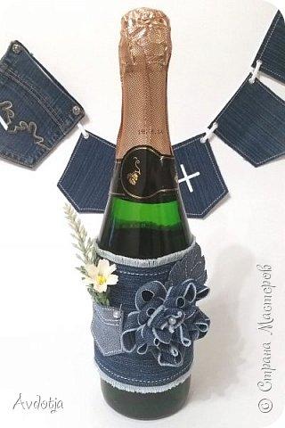 """Доброго всем утра, дня, вечера или, может быть даже, ночи! Поделюсь с вами своей новой поделкой. Давно вынашивала идею сделать свадебный наборчик для свадьбы в свободном, ни к чему не обязывающем стиле """"джинс"""" Мне кажется, такая свадьба в наши нелегкие в экономическом плане времена - отличный выход. Всем известно, что свадебные наряды в бюджете на свадебное торжество занимают чуть ли не львиную долю. А ведь двум любящим сердцам можно, не слишком заморачиваясь, нарядится в футболки и джинсы, позвать кучу веселых друзей, быстренько пройти, безусловно, волнительную, но, будем честными, немного скучную процедуру регистрации брака в заведении со страшным названием ЗАГС, и укатить куда-нибудь на природу на одном большом автобусе. Но это так, полет моей фантазии. А теперь, собственно, к набору. фото 20"""