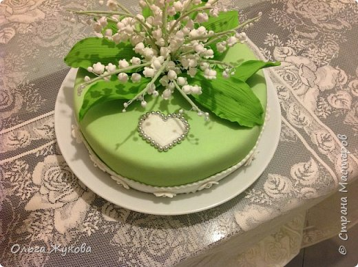 Всем доброго времени суток! Наконец могу показать ещё один мой торт с сахарными цветами. На этот раз - ландыши! фото 1
