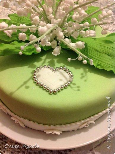 Всем доброго времени суток! Наконец могу показать ещё один мой торт с сахарными цветами. На этот раз - ландыши! фото 2