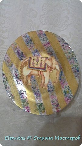 Добрый день, Страна! Представляю вашему вниманию две тарелочки. Первая- Павлин. очень понравилась картинка, но салфетки не оказалось,поэтому сделала распечатку на принтере.  фото 4
