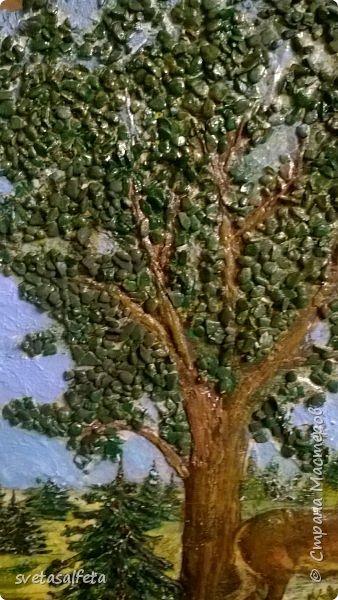 Объемное панно на спиле дерева. Объем делала шпаклевкой  под салфеткой и на салфетке.По листве объем сделала декоративными камушками.Салфетка была в единственном экземпляре,поэтому контуры лося и ствол дерева осторожно обводила под копирку фото 2