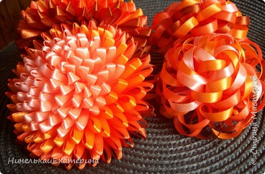 Мне хочется показать, как смотрятся цветы из отрезков ленты одной длинны и ширины, одного цветового набора, но по разному сложенных. фото 1