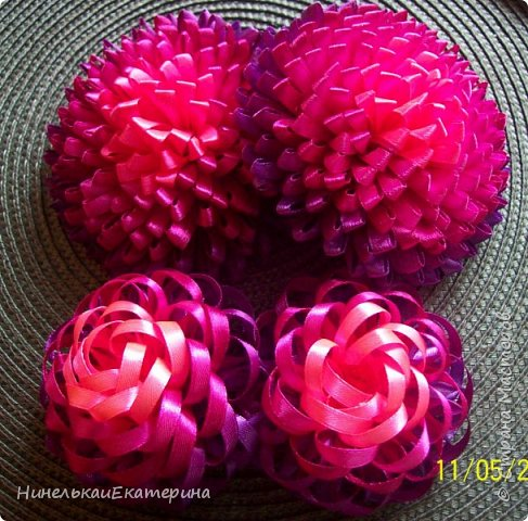 Мне хочется показать, как смотрятся цветы из отрезков ленты одной длинны и ширины, одного цветового набора, но по разному сложенных. фото 2