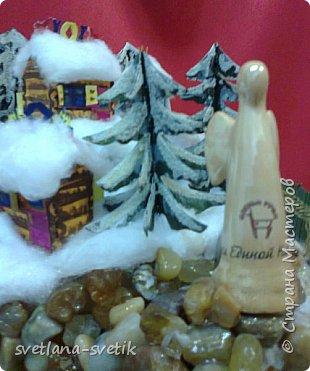 """Без слов.Учусь выставлять работы.Материал: каркас- картон;елки, домики - бумага для черчения, клей -Момент, ПВА, акриловые краски; снег-вата; озеро - синяя и прозрачная обложки для папок, манка; для эффекта - лак для волос с блестками; берег - камушки, клей-пистолет; статуя ангела - сувенир-прототип Ангела единой надежды из природного парка """"Оленьи ручьи"""". фото 4"""