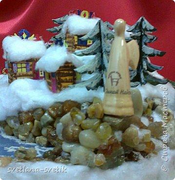 """Без слов.Учусь выставлять работы.Материал: каркас- картон;елки, домики - бумага для черчения, клей -Момент, ПВА, акриловые краски; снег-вата; озеро - синяя и прозрачная обложки для папок, манка; для эффекта - лак для волос с блестками; берег - камушки, клей-пистолет; статуя ангела - сувенир-прототип Ангела единой надежды из природного парка """"Оленьи ручьи"""". фото 8"""