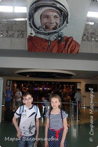 Итак, в музее нас встречает огромный портрет улыбающегося Ю.А.Гагарина. фото 1