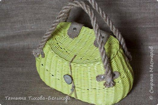 Всем привет. Я к Вам с новым изделием. Это сумочка.Длина по бедрам 31см. Размеры дна 24см*14см., высота 16см. Трубочки из полос 7см., морилка спиртовая сосна. фото 1