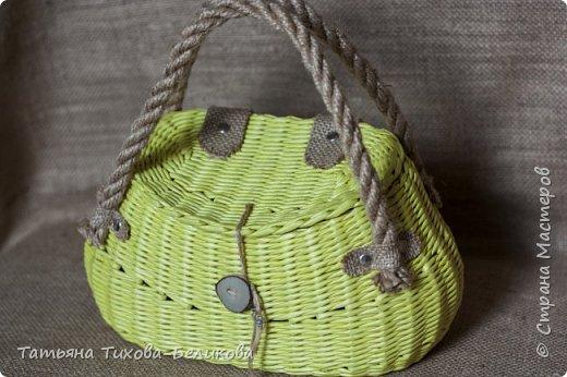 Всем привет. Я к Вам с новым изделием. Это сумочка.Длина по бедрам 31см. Размеры дна 24см*14см., высота 16см. Трубочки из полос 7см., морилка спиртовая сосна. фото 10