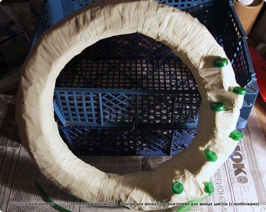 """Для этого венка понадобились: проволока, газета, клей ПВА, береста, нож, папиросная бумага, малярная лента, удлинители для цветов, термопистолет, лента, медицинский шприц на 10-20 мл. ДЛя декора - живые ветки, цветы по желанию, а также сувенирное пасхальное яйцо, искусственное гнездо и птичка. Во время поиска МК венка, оформленного берестой, увидела фотографии венка Vалери  """"Декоративный венок"""" http://stranamasterov.ru/node/594577    МК и детального описания изготовления не было, но фотография очень помогла. Vалери, спасибо.  .  фото 15"""