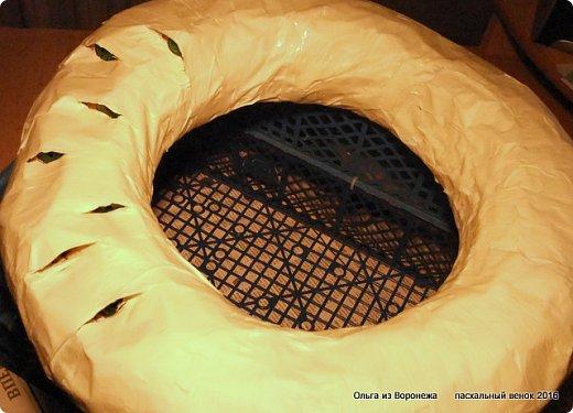 """Для этого венка понадобились: проволока, газета, клей ПВА, береста, нож, папиросная бумага, малярная лента, удлинители для цветов, термопистолет, лента, медицинский шприц на 10-20 мл. ДЛя декора - живые ветки, цветы по желанию, а также сувенирное пасхальное яйцо, искусственное гнездо и птичка. Во время поиска МК венка, оформленного берестой, увидела фотографии венка Vалери  """"Декоративный венок"""" http://stranamasterov.ru/node/594577    МК и детального описания изготовления не было, но фотография очень помогла. Vалери, спасибо.  .  фото 18"""