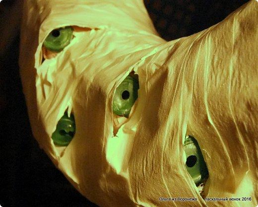 """Для этого венка понадобились: проволока, газета, клей ПВА, береста, нож, папиросная бумага, малярная лента, удлинители для цветов, термопистолет, лента, медицинский шприц на 10-20 мл. ДЛя декора - живые ветки, цветы по желанию, а также сувенирное пасхальное яйцо, искусственное гнездо и птичка. Во время поиска МК венка, оформленного берестой, увидела фотографии венка Vалери  """"Декоративный венок"""" http://stranamasterov.ru/node/594577    МК и детального описания изготовления не было, но фотография очень помогла. Vалери, спасибо.  .  фото 20"""