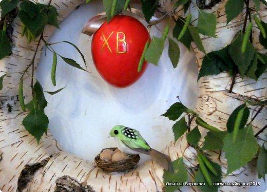 """Для этого венка понадобились: проволока, газета, клей ПВА, береста, нож, папиросная бумага, малярная лента, удлинители для цветов, термопистолет, лента, медицинский шприц на 10-20 мл. ДЛя декора - живые ветки, цветы по желанию, а также сувенирное пасхальное яйцо, искусственное гнездо и птичка. Во время поиска МК венка, оформленного берестой, увидела фотографии венка Vалери  """"Декоративный венок"""" http://stranamasterov.ru/node/594577    МК и детального описания изготовления не было, но фотография очень помогла. Vалери, спасибо.  .  фото 26"""
