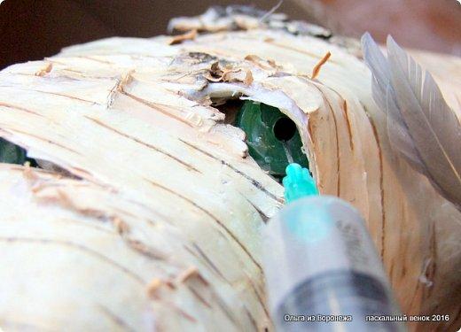 """Для этого венка понадобились: проволока, газета, клей ПВА, береста, нож, папиросная бумага, малярная лента, удлинители для цветов, термопистолет, лента, медицинский шприц на 10-20 мл. ДЛя декора - живые ветки, цветы по желанию, а также сувенирное пасхальное яйцо, искусственное гнездо и птичка. Во время поиска МК венка, оформленного берестой, увидела фотографии венка Vалери  """"Декоративный венок"""" http://stranamasterov.ru/node/594577    МК и детального описания изготовления не было, но фотография очень помогла. Vалери, спасибо.  .  фото 24"""