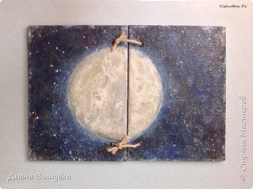 Вот такой лунный блокнот вышел. Тема космоса никак не отпускает меня =) Формат его А6. Луна объемная из текстурной пасты. Обложка обтянута сеткой, покрашена акриловыми красками и покрыта лаком. фото 2