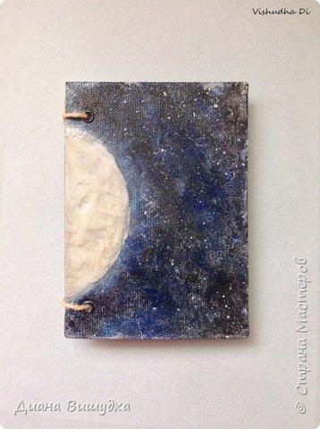 Вот такой лунный блокнот вышел. Тема космоса никак не отпускает меня =) Формат его А6. Луна объемная из текстурной пасты. Обложка обтянута сеткой, покрашена акриловыми красками и покрыта лаком. фото 1