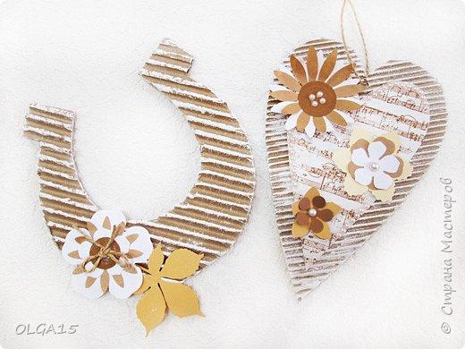 Сувениры из гофрокартона по МК Пода Светланы http://stranamasterov.ru/node/1015723 Светлана, благодарю за мастер-класс, детям очень понравилось работать с гофрокартоном, сделали подковы на счастье и сердечки. фото 4