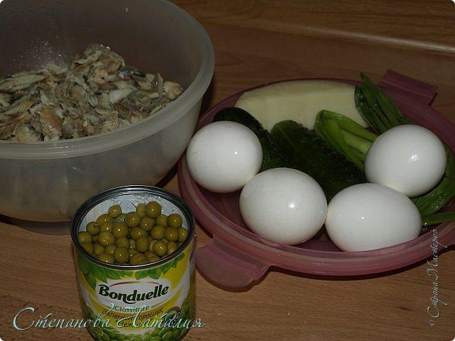 Доброго вечера) А давайте приготовим рыбный салатик? Тут есть несколько вариантов его приготовления, я буду рассказывать. Получается очень сытно. Можно и каждый день есть и гостям на стол подавать! фото 2