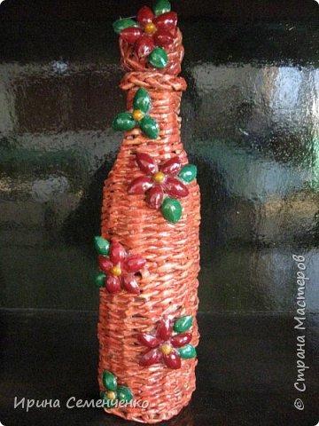 Моя коллекция бутылок. Для декупажа использовала мелкую деревянную стружку с клеем ПВА. Украсила абрикосовыми косточками,семенами. Всё покрыла лаком. фото 4