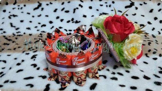 Оформление коробки конфет или подарка ярким и вкусными тюльпанами. фото 9