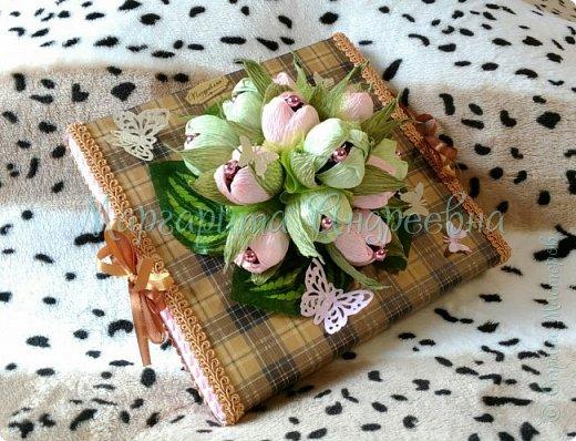 Оформление коробки конфет или подарка ярким и вкусными тюльпанами. фото 3