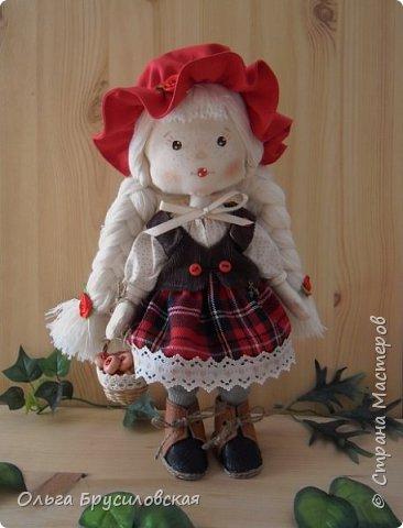 Привет всем в СМ!!! Мой любимый сказочный персонаж - Красная Шапочка. Несчетное количество раз была перечитана в моем детстве эта сказка Шарля Перо: сначала родителями, потом самой. Такое же несчетное количество раз смотрела мультфильм и фильм про эту прелестную девчушку. Уже взрослой девушкой мечтала: если у меня когда-то родится доченька - обязательно сошью ей костюм Красной Шапочки, такой, какой мне на новгодний утренник в детском саду сшила моя бабушка.  Дочки не получились... Сколько разных костюмов пришлось мне шить для детей пока работала в детском саду, но вот шить костюм Красной Шапочки как-то не довелось... И вот, свершилось на старости лет: вот она моя Красная Шапочка. фото 1