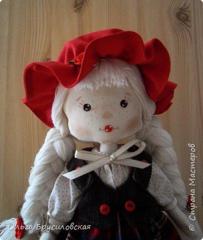 Привет всем в СМ!!! Мой любимый сказочный персонаж - Красная Шапочка. Несчетное количество раз была перечитана в моем детстве эта сказка Шарля Перо: сначала родителями, потом самой. Такое же несчетное количество раз смотрела мультфильм и фильм про эту прелестную девчушку. Уже взрослой девушкой мечтала: если у меня когда-то родится доченька - обязательно сошью ей костюм Красной Шапочки, такой, какой мне на новгодний утренник в детском саду сшила моя бабушка.  Дочки не получились... Сколько разных костюмов пришлось мне шить для детей пока работала в детском саду, но вот шить костюм Красной Шапочки как-то не довелось... И вот, свершилось на старости лет: вот она моя Красная Шапочка. фото 4