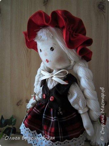 Привет всем в СМ!!! Мой любимый сказочный персонаж - Красная Шапочка. Несчетное количество раз была перечитана в моем детстве эта сказка Шарля Перо: сначала родителями, потом самой. Такое же несчетное количество раз смотрела мультфильм и фильм про эту прелестную девчушку. Уже взрослой девушкой мечтала: если у меня когда-то родится доченька - обязательно сошью ей костюм Красной Шапочки, такой, какой мне на новгодний утренник в детском саду сшила моя бабушка.  Дочки не получились... Сколько разных костюмов пришлось мне шить для детей пока работала в детском саду, но вот шить костюм Красной Шапочки как-то не довелось... И вот, свершилось на старости лет: вот она моя Красная Шапочка. фото 8